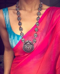 Attractive pattu saree blouse design Discover more about Sari Blouse Designs, Saree Blouse Patterns, Fashion Jewelry Necklaces, Fashion Necklace, Trendy Jewelry, Saree Jackets, Saree Jewellery, Stylish Sarees, Saree Look
