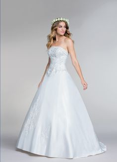 Brillez de mille feux avec la robe Lidelia à partir de 299€ ! Brillez, vibrez et rêvez avec la robe  Dancerette à partir de 349€ ! dress #white  #woman #femme #shoot #shooting #model #mode #fashion #tati #inspiration #mariage #wedding