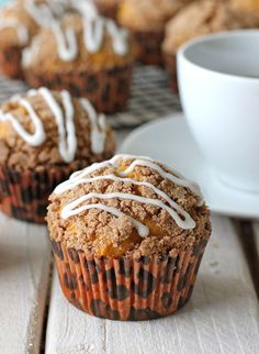 Pumpkin bread muffins with an crumbly streusel topped with a drizzled vanilla glaze! Pumpkin Muffin Recipes, Healthy Muffin Recipes, Healthy Muffins, Breakfast Recipes, Dessert Recipes, Eat Healthy, Breakfast Muffins, Healthy Baking, Brunch Recipes