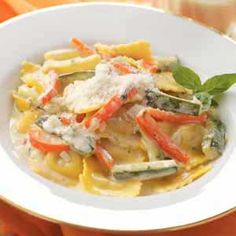 Cheese Ravioli with Zucchini Recipe -Whipping cream lends rich flavor to the lovely sauce for this colorful medley. Field editor Maria Regakis of Somerville, Massachusetts sent the recipe. Cheese Ravioli, Vegetarian Entrees, Italian Recipes, Italian Dinners, How To Cook Pasta, Food For Thought, Pasta Dishes, Casserole Recipes, Zucchini