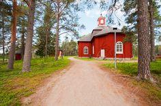 Pudasjärven kirkko - kesä kirkko kirkkomaa tilat männyt mänty puukirkko piha kirkkopiha