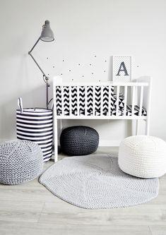 Kołyska - mini-łóżeczko to niezwykle stylowe miejsce snu dziecka w pokoju rodziców przez pierwsze miesiące jego życia. Niewielkie rozmiary pozwalają zmieścić kołyskę nawet w niedużej sypialni lub dostawić do łóżka rodziców, dzięki czemu dziecko łatwiej zasypia. Dzięki swej stabilnej konstrukcji jest bardzo bezpieczna. Cribs, Kids Rugs, Classic, Home Decor, Cots, Derby, Decoration Home, Bassinet, Kid Friendly Rugs
