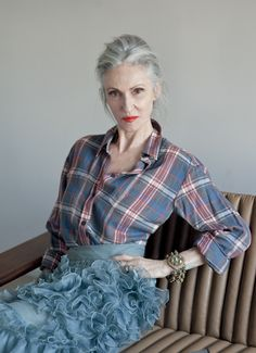 ADVANCED STYLE: Linda Rodin in Grey Magazine Great outfit, great model--but why have her sit in that uncomfortable, silly pose? Fashion Moda, Look Fashion, Fashion Women, Fashion Beauty, Fashion Trends, Grandma Dress, Mode Ab 50, Estilo Glamour, Beautiful Old Woman