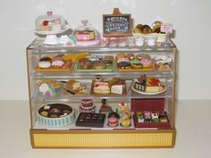 bakery case, in miniature this comes with all sorts of changeable display options Miniture Food, Miniture Things, Mini Tortillas, Cute Crafts, Crafts For Kids, Sweet Dreams Bakery, Minis, Barbie Food, Barbie Diorama