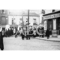 """22/01/1932 Puente de Vallecas Monte Igueldo-Avda.Albufera  """"AYER HUBO EN DIVERSOS LUGARES DE MADRID INCIDENTES DE CARÁCTER SOCIAL. EN EL PUENTE DE VALLECAS Y EN LOS CUATRO CAMINOS LOS GUARDIAS DE ASALTO TUVIERON QUE INTERVENIR VARIAS VECES. HE AQUÍ UNOS GRUPOS DE OBREROS QUE, DESPUÉS DE ABANDONAR EL TRABAJO EN EL PRIMERO DE DICHOS PUNTOS, COMENTAN LO QUE OCURRE Y SE MANTIENEN A LA EXPECTATIVA"""" 1932 Presilla, actual Monte Igueldo, esquina con la carretera de Valencia, actual Av. de la…"""
