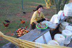 na linha de produção da muqueca para 120 contamos com Susanna na lavagem dos tomates {festin na Lapinha} | foto de Alice, irmã do noivo