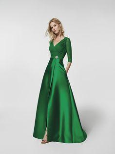 Vestido de fiesta  (modelo GRACIELA) de color verde con un escote delantero tipo en pico y con escote a espalda en pico . Vestido largo de la línea corte en a y manga tres cuartos (mikado, gasa y pedreria)