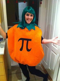 Get your voice ready to start laughing and groaning because these 50 puntastic Halloween costumes bring puns to a whole new eye-rolling awesome level. Pun Costumes, Teacher Halloween Costumes, Halloween Puns, Pumpkin Halloween Costume, Halloween Science, Halloween Party, Costume Ideas, Halloween Ideas, Halloween 2018