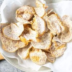 Make a batch of these delicious taro chips, they are easy to prepare and baked in the oven. these taro chips are the perfect healthy snack! Vegan Snacks, Healthy Snacks, Vegan Recipes, Snack Recipes, Vegan Food, Crockpot Recipes, Sweet Potato Pudding, Vegan Pumpkin Soup, Vegetable Chips