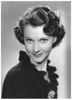 """Vivien LEIGH '30-40-60 (5 Novembre 1913 - 8 Juillet 1967), fue una actriz británica ganadora del premio Óscar en dos ocasiones. Es principalmente recordada como Scarlett O'Hara en la superproducción romántica """"Lo que el viento se llevó"""" y es considerada una de las más grandes y bellas actrices de la época de oro del cine estadounidense.Después de una larga agonía prolongada a causa de una avanzada tuberculosis, Leigh fallecía la noche del 7 de julio de 1967"""