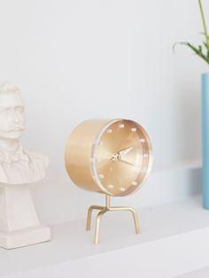 Klokke,Tripod Clock, fra Vitra, kr 3.300 kr. Showroom, Decorative Objects, Tripod, Clocks, Homes, Mirror, Furniture, Home Decor