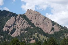 More incredible views from the trails in Boulder Colorado. This is near Enchanted Mesa. There are the Flatirons. You can see almost the entire Flatiron Hike in this photo. Check out the link for the bed hikes in Boulder, Colorado. Boulder Flatirons, Chautauqua Park, Colorado Hiking, Boulder Colorado, Hiking Routes, Hiking Trails, Boulder Hikes, Summit View