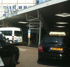 Een taxi met gele kentekenplaten.....