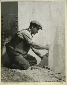 Worker bolting a steel support during the construction of the Empire State Building (with the Chrysler Building in the background). Epic Photos, Old Photos, Vintage Photos, Empire State Building, Ellis Island, World Trade Center, Wisconsin, Tennessee, Lewis Hine