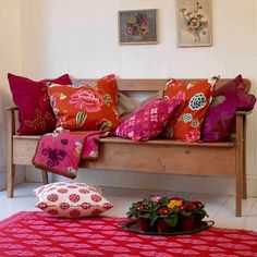 35 Beautiful Living Room Designs & Decor with Colorful Pillows Red Cushions, Scatter Cushions, Cushions On Sofa, Pink Pillows, Colourful Living Room, Beautiful Living Rooms, Red Couch Living Room, Ideas Hogar, Deco Boheme