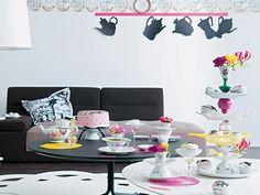 So, jetzt wird Großmutters Porzellan entstaubt und trendy in Szene gesetzt. Zum Beispiel als Etagere – der Mittelpunkt Ihrer fantasievollen Tafel mit frischen Blumen und süßen Torten. http://www.fuersie.de/wohnen/deko-ideen/galerie/basteln-aus-altem-porzellan-wird-moderne-tisch-deko