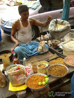 Weighing Your Snack - Kolkata, India Street Food Market, Street Vendor, Indian Food Recipes, Healthy Recipes, Ethnic Recipes, Comida India, India Street, History Of India, Indian Street Food