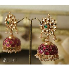 No photo description available. Gold Jhumka Earrings, Indian Jewelry Earrings, Jewelry Design Earrings, Gemstone Jewelry, India Jewelry, Gold Bangles Design, Gold Jewellery Design, Gold Temple Jewellery, Gold Jewelry