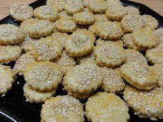Domácí krekry se sezamovými semínky | recept. Drobné slané pečivo se podává jako pohoštění při oslavách spojených s