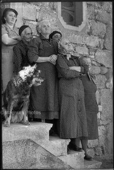 """De 1932 a 1934 viajó a Italia, España y México, introduciéndose en el mundo de los desposeídos, los marginales y los ilegales, Su cámara no imponía barrera entre vivir y trabajar inventó un nuevo estilo fotográfico para describir el flujo y la espontaneidad de la experiencia. Escribió que estaba """"resuelto a atrapar la vida – a preservar la vida en el acto mismo de vivir. deseaba atrapar la esencia, dentro de los límites de una fotografía, de una situación en el proceso mismo de desarrollarse"""