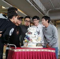 """Infinite Challenge"" Celebrates Its Episode With Epic Cake Infinity Challenge, Yoo Jae Suk, Korean Shows, Myungsoo, Challenge S, Korean Entertainment, Best Shows Ever, Infinite, It Cast"