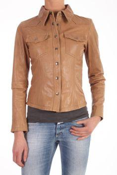 Dit blouse jack van Goosecraft, Jacket 107, is een kort leren blouse jacket met met drukknopen en ritsjes in de mouwen. De kleur is Yellow Tan. De wassing van het leer is Goat Denim Washed. Artikel: Jacket 107 101310035.