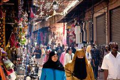 Las sinuosas callejuelas de las medinas de Marruecos, las alfombras apiladas en los zocos y las cumbres del Alto Atlas han ejercido su influjo sobre los viajeros desde tiempos de los hippies. Fotografía de Michael Heffernan / Lonely Planet.