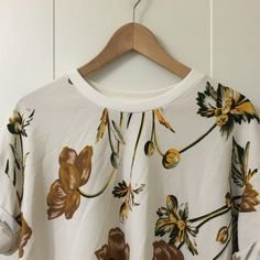 Floral top perfect for spring 100% polyester top made by Korean brand. Cute top for simple jeans and perfect for spring summer edition to your closet! Tops Tees - Short Sleeve