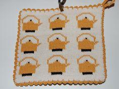 De här grytlapparna är stickade på en rundsticka och har samma mönster på båda sidorna. Pot Holders, Knit Crochet, Textiles, Knitting, Projects, Crafts, Kitchen, Clothes, Log Projects
