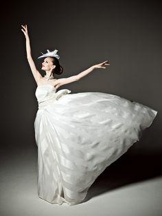 ミラー ミラーミラーミラー(MIRROR MIRROR) ストライプのスカートが花嫁の初々しさをおしゃれに引き立てます。