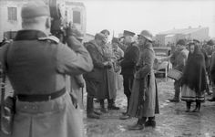 Januar 1941 - Polen, (Krakau, Stadtteil Kazimierz?).- Razzia von deutscher Ordnungspolizei und polnischen Polizisten, Kontrolle (Verhaftung?) von Juden (?)