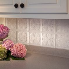Transform your decor with Fasade Traditional 10 Gloss White Kitchen Backsplash panels and accessories. Tabletop, Backsplash Panels, Kitchen Redo, Kitchen Ideas, Kitchen Cabinets, Kitchen Backsplash Diy, Kitchen Designs, Stone Backsplash, Traditional Kitchen Backsplash