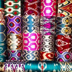 """Lampshades with Ikat fabric from Uzbekistan Pantallas de seda hechas con Ikat de Uzbekistan. El ikat es una técnica de teñido utilizada para realizar patrones sobre textiles. La palabra tiene origen malayo y significa """"atar amarrar anudar"""" . A diferencia de otras técnicas de estampado aquí lo que se tiñen son los hilos antes de ser tejidos. Tanto los diseños como la seda son los que lo hacen tan especial. En Guáimaro siempre procuramos buscar nuevos estampados y si tenemos tela os podemos…"""