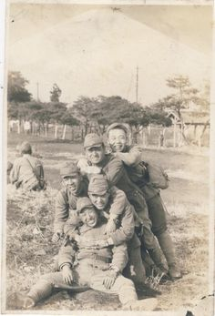 ORIGINAL WWII JAPANESE PHOTO: ARMY ELITE SOLDIERS, FRIENDS!!