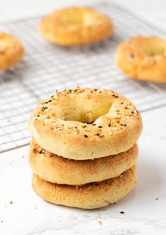 Low Carb Bagel Recipe You gonna love this! These low carb bagels are a great alternative to your standard bagel, but rather than using refined flour, they're made with almond flour! Get the recipe Low Carb Bagels, Low Carb Bread, Baking With Almond Flour, Baking Flour, Bagel Recipe, Recipe Recipe, Making Baked Potatoes, Homemade Bagels, Everything Bagel