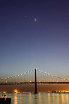 Lunar Earthshine and Jupiter conjunction in 25 April Lisbon Bridge.    (by Miguel Claro), Lisbon, Portugal