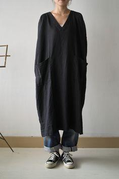 longue robe en lin noire à porter comme une blouse, col en V et poches plaquées