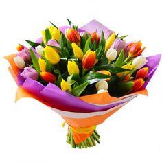 Головокружительный микс из 35 тюльпанов в элегантном оформлении из цветной полупрозрачной бумаги. Замечательный букет, дышущий ароматом весны, свежести и счастья!