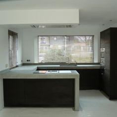 Gorgeous black kitchen with concrete worktop Black Kitchens, Home Kitchens, Kitchen Black, Tadelakt, Interior Design Living Room, Home Deco, Interior Architecture, Kitchen Decor, New Homes