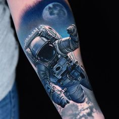 Space Walk by Danny Elliott - Realistic tattoo of an Astronaut on a Spacewalk in orbit above earth World Famous Tattoo Ink, Famous Tattoos, Space Tattoo Sleeve, Sleeve Tattoos, Forearm Tattoos, Body Art Tattoos, Space Tattoos, Tatoos, Tattoo Ideas