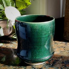 This ceramics pottery is an extremely inspirational and splendid idea Glazes For Pottery, Ceramic Pottery, Painted Plant Pots, Ceramic Glaze Recipes, Pottery Videos, Blue Pottery, Pottery Studio, Stoneware, Blue Green