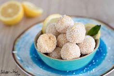 La ricetta dei Tartufini bianchi al mascarpone limone e cocco con savoiardi, veloci e golosi, pronti in 10 minuti. I Tartufi al mascarpone e limone sono delle palline al limone senza cottura che si sciolgono in bocca. Si preparano in un attimo e vi conquisteranno !