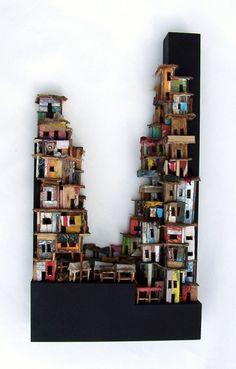 Slum market van Eric Cremers    Slum market verbeeldt een markt in een krottenwijk die tegen de omgevende lijst omhoog gebouwd is.