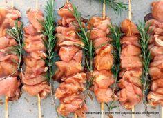 Una semplice e veloce ricetta per preparare dei gustosi spiedini di cosce di pollo al forno con lime, salsa barbecue e rye whisky