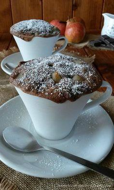 La torta pere e cioccolato in tazza si prepara in pochi minuti e con pochi ingredienti, adatta per ogni occasione o per una pausa di dolcezza durante la giornata.
