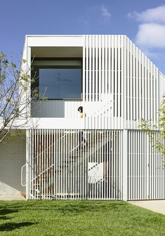 The Backyard Studio by Figureground Architecture examines the evolution of the granny-flat by offering a more meaningful contribution to the suburban house. Residential Architecture, Interior Architecture, Australian Architecture, Minimalist Architecture, Cubes, Family Structure, Suburban House, Backyard Studio, Facade House