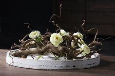 Schaal opgemaakt met decoratietakken en zijde bloemen. www.decoratietakken.nl