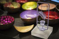 Miljoenen kokosnoten worden na het oogsten van vlees, olie en water tot afval verwerkt. Ze worden verbrand wat enorm veel en uiterst schadelijke CO2-uitstoot veroorzaakt.  #NOYA heeft een manier gevonden om deze kokosnootschalen te recyclen door ze om te toveren tot mooie en nuttige voorwerpen om food te serveren, juwelen op te slaan of te gebruiken als decoratie.  Hun inzet wordt beloond met een TrendZ Award 2019 Coconut Bowl, Design Awards, Birthday Candles