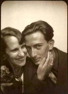 """Esa es una foto de Dalí y su esposa Gala. Gala era una persona muy influyente en la vida y el trabajo de Dalí. Ella era su musa y está en unas de sus obras como """"Galarina."""" Ella también era muy sexual y por eso, la relación entre Salvador y Gala era exitoso."""