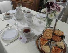 Una mesa de té al estilo clásico europeo, con vajilla tsuji alemana con flores y alzada